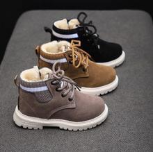 Dzieci obuwie jesienne zimowe Martin buty buty dla chłopców moda skóra miękka antypoślizgowe buty dziewczęce 21-30 sportowe buty do biegania tanie tanio Krowa mięśni Platforma Unisex Moda buty Mieszkanie z Pluszowe Okrągły nosek Lace-up Pasuje prawda na wymiar weź swój normalny rozmiar