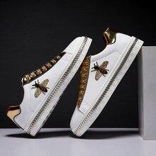 Nowe mody haft z pszczołami złote męskie buty na co dzień na zewnątrz niskie mieszkania mężczyźni obuwie para Glitter Sneakers zapatos de hombre