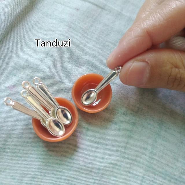 Tanduzi 50PCS เงินตุ๊กตาช้อนโลหะช้อนมินิโลหะผสมหัตถกรรม DIY Miniature ช้อนอาหารปลอมเครื่องประดับ Charm ลูกปัดหา