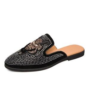 Новые стильные мужские тапочки; Модная обувь baotou; Обувь без задника с индивидуальным бриллиантом; Вышивка; Обычно обувь на плоской подошве