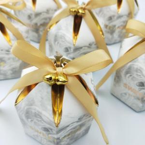 Image 5 - קופסות מתנת אריזת חתונה טובה שוקולד תיבת Bomboniera מתנות קופסות ספקי צד עם פעמוני & סרטי נייר שקיות