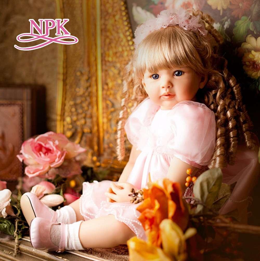 NPK 60 CENTÍMETROS bebê reborn bonecas saia da menina da criança do cabelo louro encaracolado princesa na cor rosa alta qualidade collectible boneca lifelike bebê