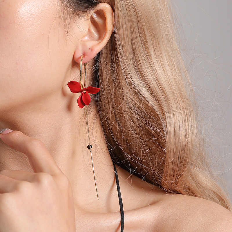 In 2019, the new brand design hand-made petals asymmetric tassel earrings generous minimalist Korean earrings for women.