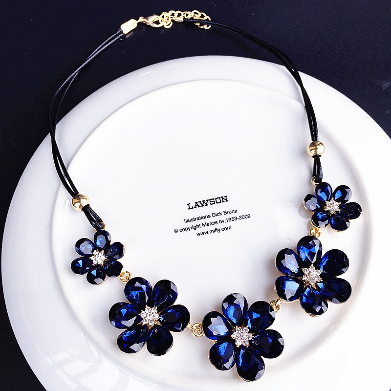 New Crystal Flower Pendant Necklace Women 39 s Short Simple Clavicle Chain Fashion Women 39 s Necklace Jewelry in Pendant Necklaces from Jewelry amp Accessories