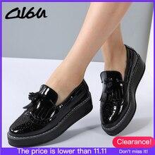O16u mocassins femininos de plataforma, sapatos baixos, em couro patente, com borla, slip on, preto, branco