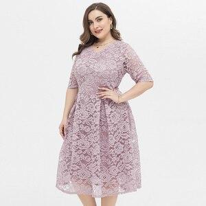 Plus rozmiar koronkowa sukienka z wydrążonym wzorem śliczne sukienki z dekoltem w serek kobiety w dużych rozmiarach casualowa sukienka z fałdą w talii letnia odzież