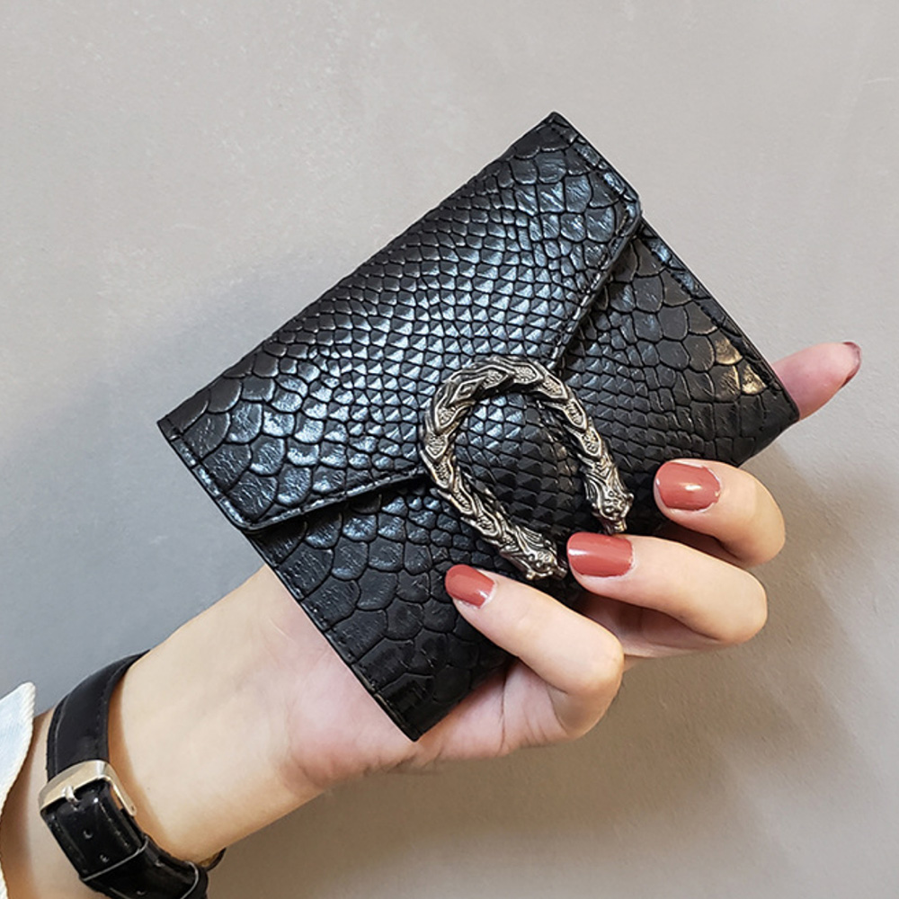 Women's Short Wallet 2019 Retro Wild Wallet Women's Snake Pattern Buckle Wallet Simple Fashion Ladies Clutch Free Shipping