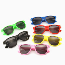 Okulary przeciwsłoneczne dla dzieci dziecko czarne okulary przeciwsłoneczne anty-uv dziecko okulary przeciwsłoneczne okulary dziewczyna chłopiec okulary akcesoria dla lalek okulary zabawka tanie tanio Santtiwodo Z tworzywa sztucznego WYC192 Unisex Moda