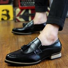 Męskie buty na co dzień szpiczasty nosek skórzane buty New Arrival biznesowe buty wieczorowe modny frędzel mokasyny wieczorowe długie suknie wieczorowe tanie tanio Yeinshaars RUBBER 816555 Slip-on Pasuje prawda na wymiar weź swój normalny rozmiar Stałe Oddychająca Masaż Kożuch