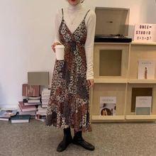 Женское платье на бретельках спагетти с v образным вырезом