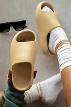 Strona główna kobiety kapcie z grubą podeszwą platforma Chunky Heel salon łazienka slajdy antypoślizgowe trendy buty designerskie damskie damskie tanie tanio MECEBOM Med (3 cm-5 cm) Wsuwane CN (pochodzenie) Lato Indoor Płaskie z 0-3 cm LEISURE Dobrze pasuje do rozmiaru wybierz swój normalny rozmiar