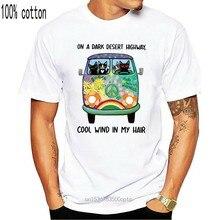 T-shirts em uma estrada escura do deserto vento fresco no meu cabelo hippie ônibus preto gatos