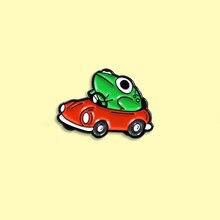Kurbağa sürücü emaye Pin küçük kırmızı araba broş sırt çantası elbise yaka komik hayvan kurbağa takı hediye için arkadaşlar çocuklar