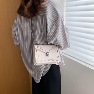 Маленькая кожаная сумка-мессенджер для женщин 2020, мини-сумка через плечо с цепочкой и заклепками