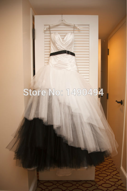 2019 Popular Sweetheart Lace Up Ruffles White And Black Wedding Dress Brides Gown LS08129