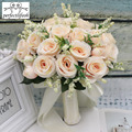 С цветами в руках искуственный газон для Роза Букеты свадебные с шелковой атласной лентой, розового и белого цвета шампанского для малышек ...