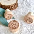 Toppers personalizados da cortiça da garrafa da decoração do favor da festa de casamento da rolha do vinho da madeira com o laser projeta o nome presente para o convidado
