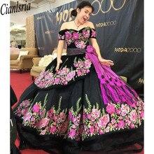Drukowana kwiecista koronka czarna słodka 16 sukienki Off ramię krótkie rękawy szarfy bez pleców sukienka na quinceanera suknie balowe moda na studniówkę