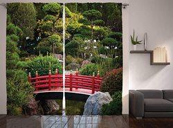 Japońskie zasłony most nad stawem w japońskim ogrodzie Monte Carlo Monaco z drzewami i roślinami salon zasłony okno sypialni