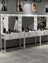 Золотистый стальной и деревянный туалетный столик простой макияж