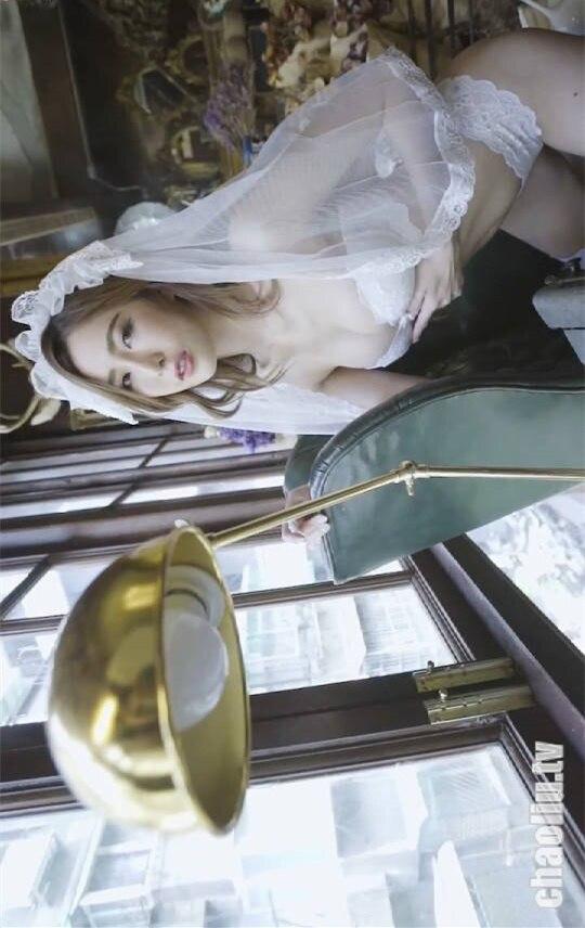 气质美女黄艾比一身复古婚纱看上去美艳又高贵