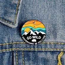 Go Wild Adventure È Chiamata Smalto Spilli Mountain Orso Polare Esplorare la Natura Rotondo Spilla Badge Viaggio Spille Outdoorsy Regalo(China)