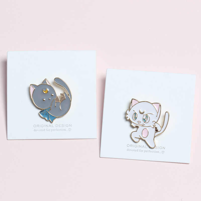 Korea Kartun Lencana Lucu Putih Abu-abu Jubah Kucing Bros untuk Wanita Kreatif Bulan Hewan Enamel Pin Perhiasan Aksesoris Ransel