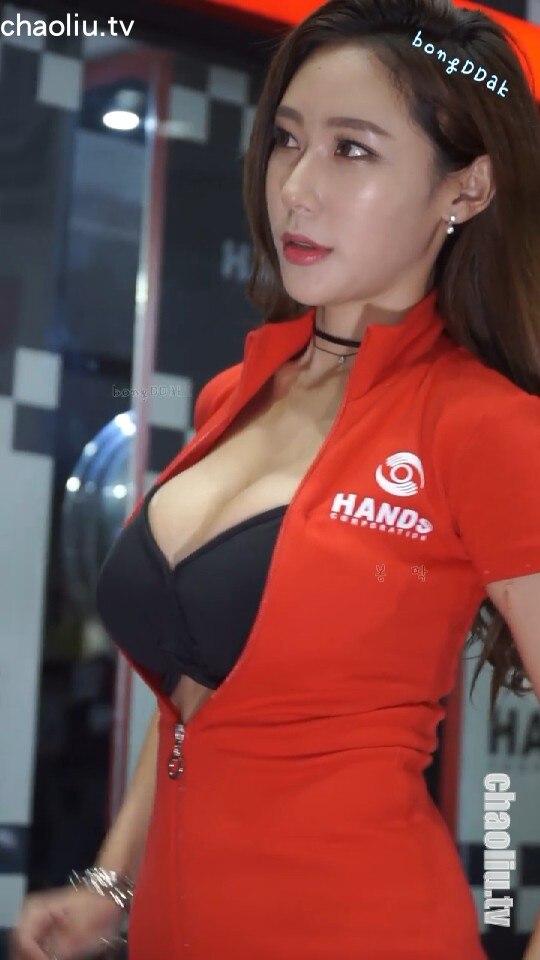 韩国车模泰熙赛车服爆裂直接露出内衣,俯身美胸任人拍