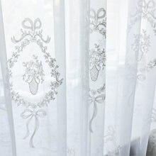 Белая вышитая ваза в кольце занавеска из тюля с рисунком для