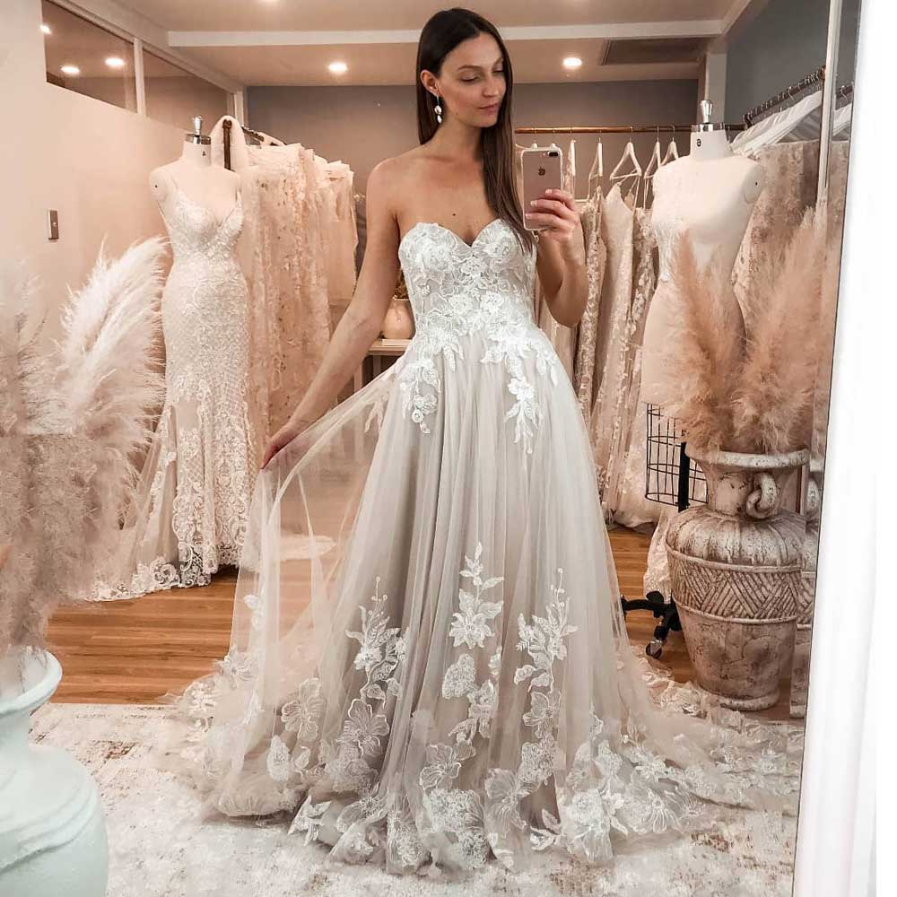 Romantic A Line Wedding Dress 2019 Sweetheart Backless Sexy Sleeveless Lace Applique Bridal Gown Plus Size Robe De Mariee