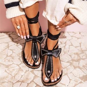 Sandalias de moda para mujer remache Lace Up Ladies Flat Shoes PU cuero Clip Toe Sandalias verano playa Mujer calzado 2020 nuevo