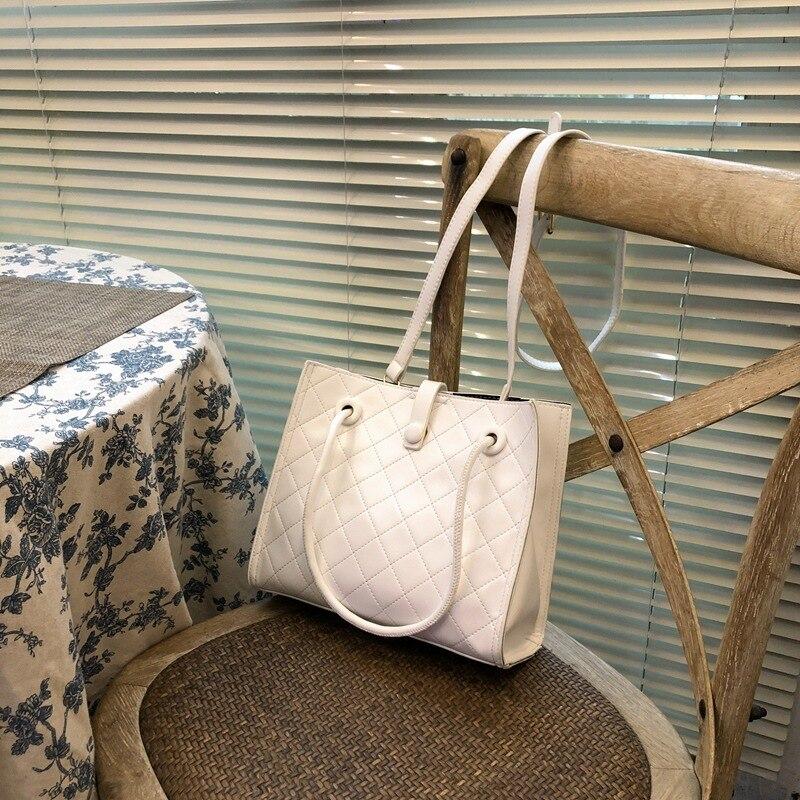 Маленькая сумка с вышивкой, женская сумка, новинка 2020, трендовая модная сумка на одно плечо для подмышек, настоящая Портативная сумка-мессен...