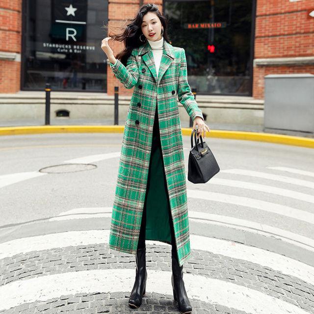 Фото женское длинное пальто с отложным воротником элегантное зеленое