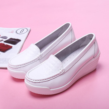 цена New ladies increased casual sports shoes comfortable breathable lightweight fashion non-slip wear-resistant small white shoes онлайн в 2017 году