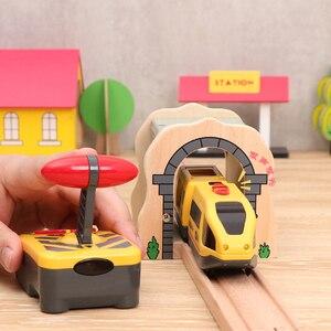 Image 3 - ילדים חשמלי רכבת צעצועי מגנטי חריץ Diecast חשמלי רכבת עם שני קרונות רכבת עץ צעצוע FIT T hmas עץ חיוניות מסלולים