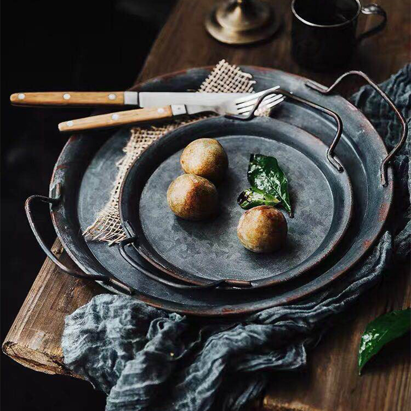Plato de Metal Retro europeo con asas hecho a mano redondo forjado Vintage bandeja de almacenamiento de pan decoración para el hogar y jardín restaurante