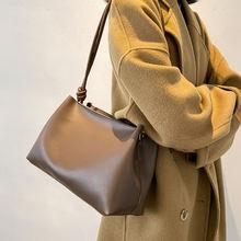 Простой фактурой бретель через одно плечо сумочки в западном