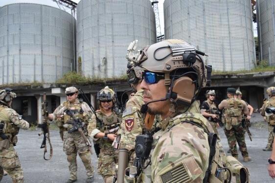 Купить с кэшбэком Military Peltor Helmet Headset Bracket ARC Rail Headset Adapter for Airsoft Tactics Headphones comtac Comtac I II III
