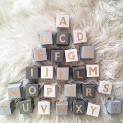 Home Decor wykwintne drewniane 26 angielskie litery kwadratowe kostki miniaturowe figurki rękodzieło narzędzie do nauczania dziecka zdjęcie rekwizytu|Dekoracyjne litery i cyfry|Dom i ogród -