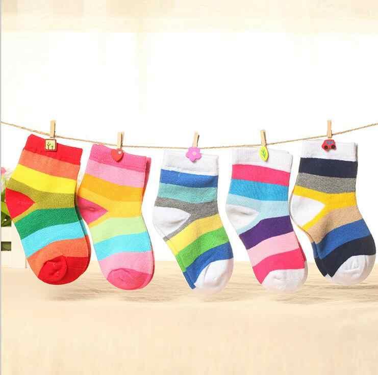 1 par Primavera Outono Meninas Do Bebê Crianças Meias de Algodão Crianças Meninos Quentes Doces Listrado Cor Do Arco Íris Coloridos Caçoa o Presente de Natal