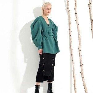 Image 4 - [EAM] 2020 חדש אביב סתיו V צווארון ארוך עטלף שרוול פי פיצול משותף ירוק רופף BandageJacket נשים מעיל אופנה JL083