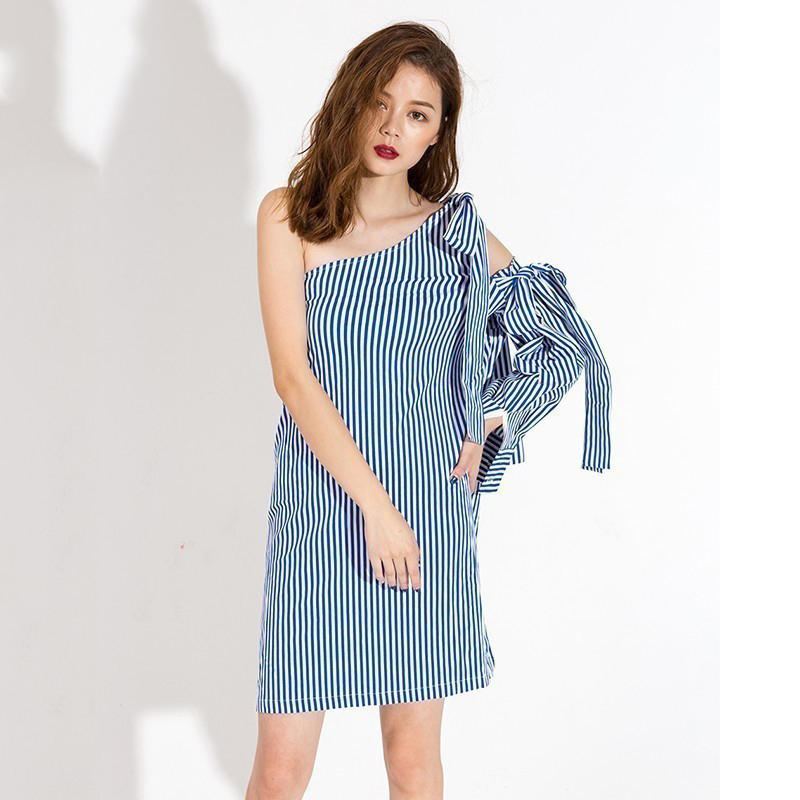 [EAM 2017 New Spring summer Long Sleeve Irregular One Shoulder Red Blue Striped Bow Temperament Dress Women Fashion Tide J8260