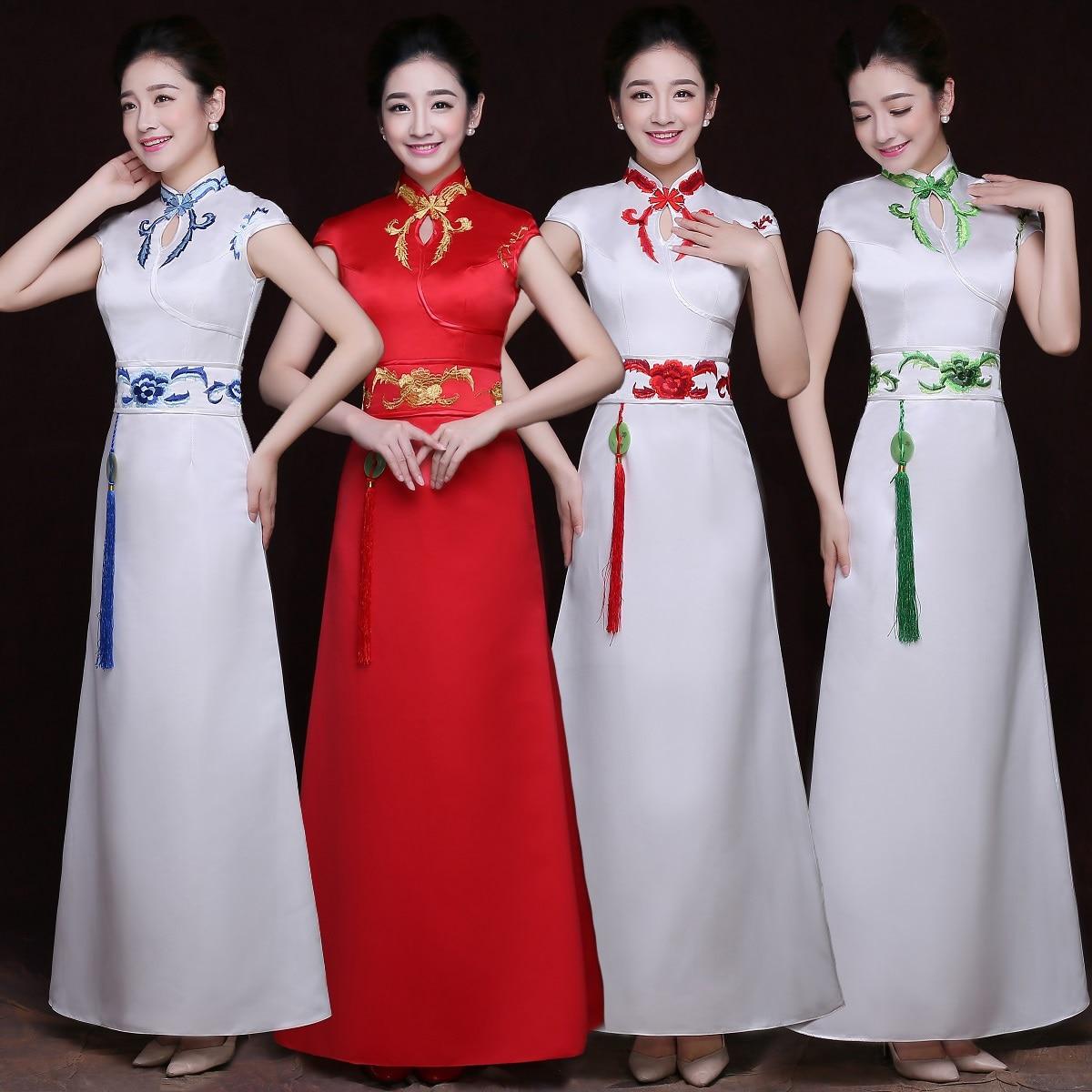Offre spéciale Satin Qipao femmes à manches courtes pendentif Cheongsam robes de fleurs traditionnelles Vintage femme scène spectacle robe Vestidos
