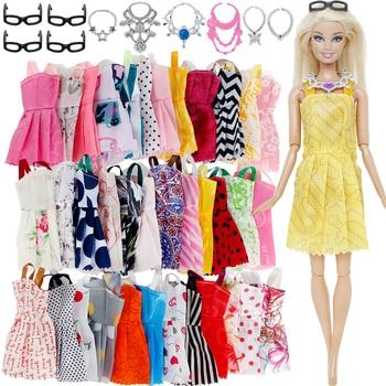 20 pz/lotto = Casuale 10x Misto di Stile del Mini Vestito + 6x di Plastica Collane + 4x Occhiali Neri Vestiti Per Barbie accessori della bambola 1