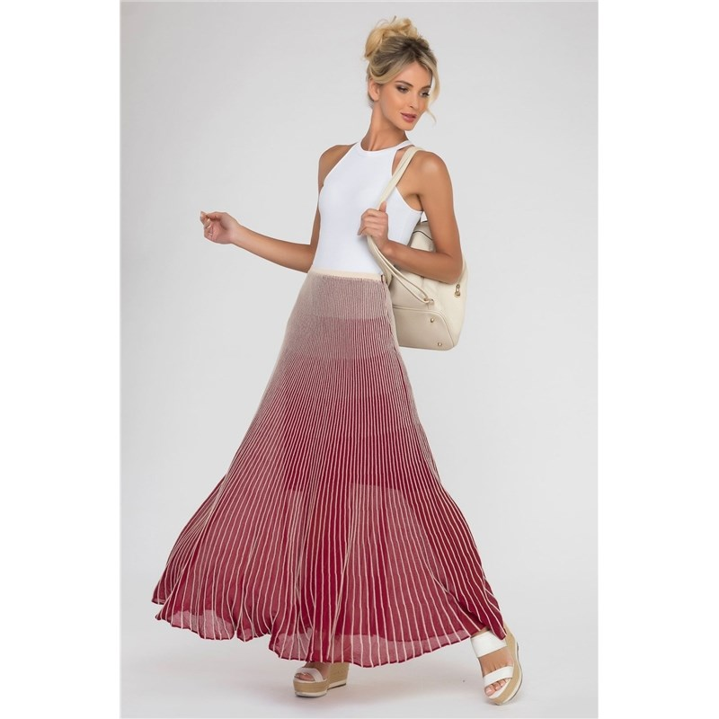 Long skirt pleated.