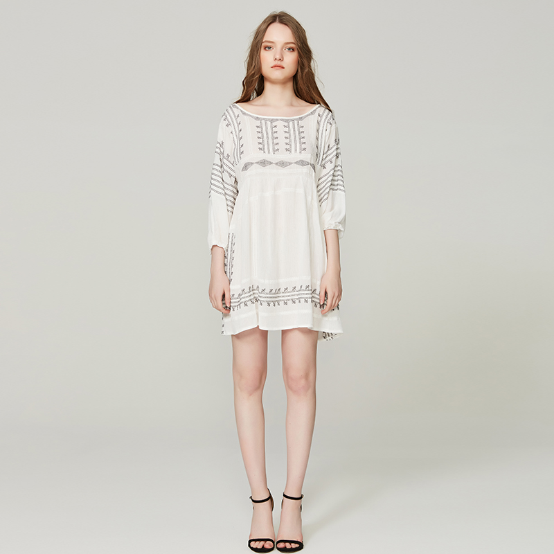 A new summer Bohemian beach resort dress with white seven sleeve embroidered flower loose mini dress