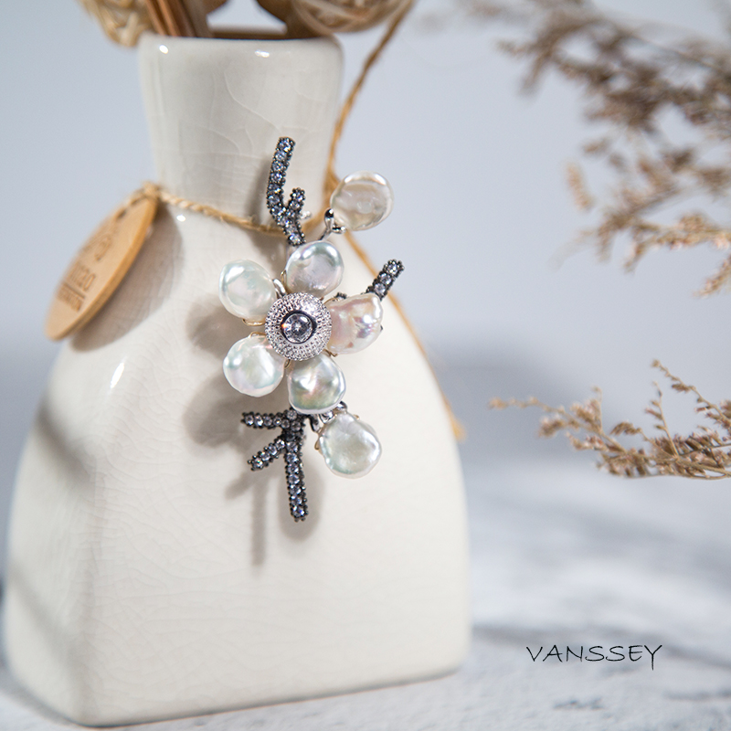 Vanssey Fashion Jewelry Handmade Flower Natural Baroque Pearl Cubic Zirconia Brooch Pins Accessories for Women 2019 New