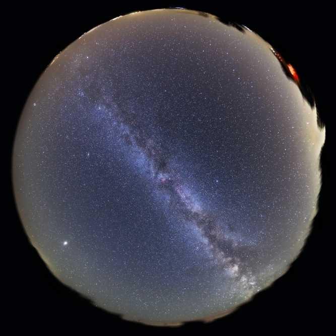 Рыбий глаз объектив вид неба с Млечный путь плакат печать (17x11)