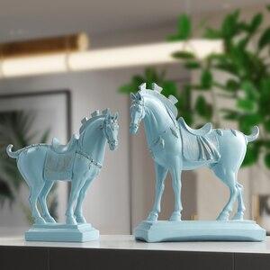 Image 5 - Harz pferd statuen home dekorationen zubehör figuren für büro hotel wohnzimmer kreative eingerichtet statue pferd geschenke