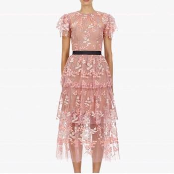 6bf179f98b1c Auto retrato 2019 encaje Floral bordado lentejuelas vestido verano mujeres  malla Sexy vestido de fiesta Rosa pasarela capa pastel vestido largo